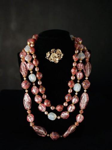 Trois colliers en verre de Murano et broche Pavot en vermeil