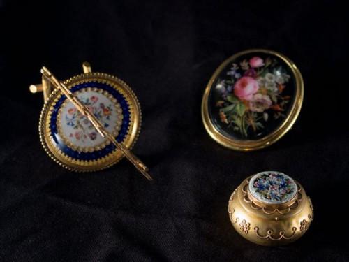 Sélection de trois objets fleuris