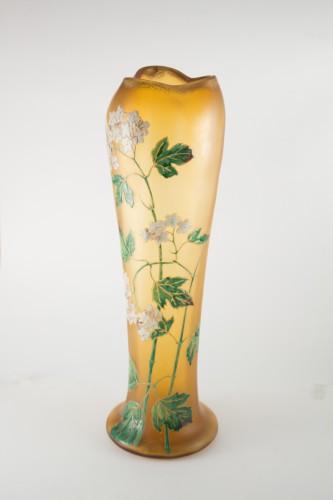 Grand vase en verre ambré émaillé à décor floral