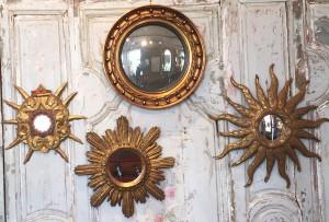 Remi Dubois : Ensemble de miroirs soleil en bois doré.