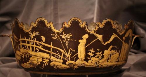 Verrière en tôle laquée rouge et or Louis XV