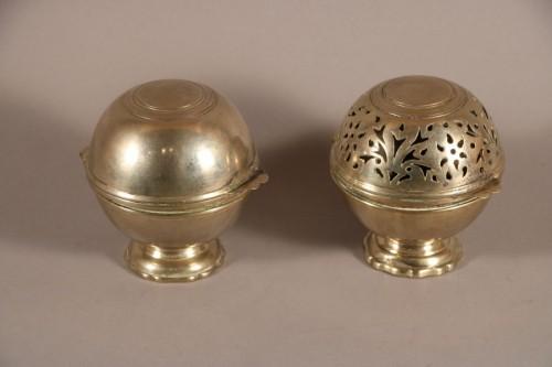 Boule à savon et boule à éponge, métal argenté, XVIIIe siècle