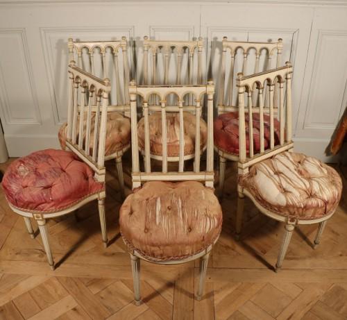 Série de six chaises époque Louis XVI en bois laqué et doré