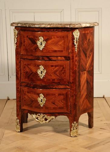Commode estampillée J.-M. Chevallier, vers 1750, bois de violette.