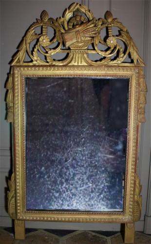 Grande glace en bois doré Louis XVI à fronton ajouré