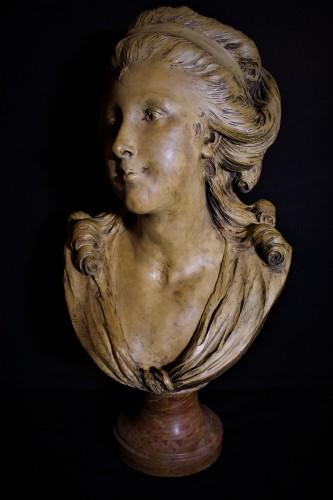 Portrait de jeune femme en terre cuite