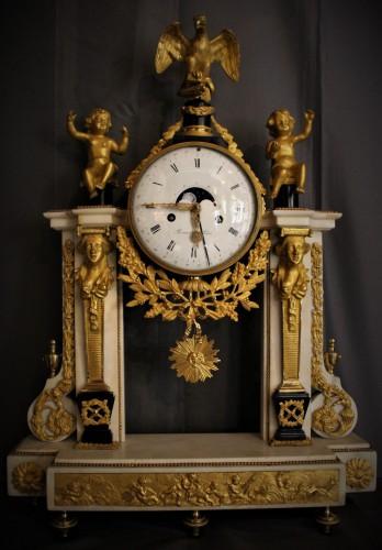 Pendule portique mouvement phases de lune et quantième Louis XVI