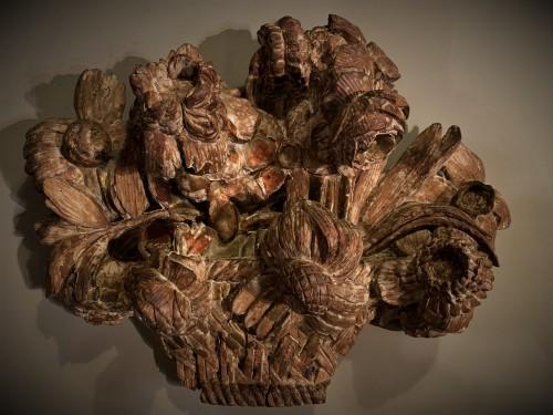 Panier fleuri en bois sculpté