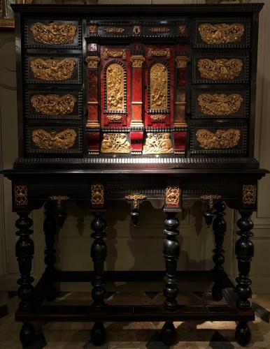 Grand cabinet en écaille rouge époque XVIIème