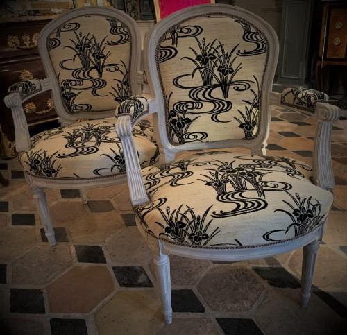 Paire de fauteuils laqués gris