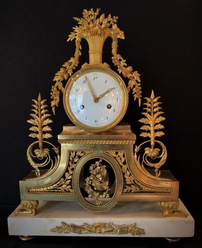 Pendule de cheminée en bronze doré fin Louis XVI