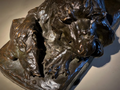 Lion dévorant un phacochère, groupe bronze
